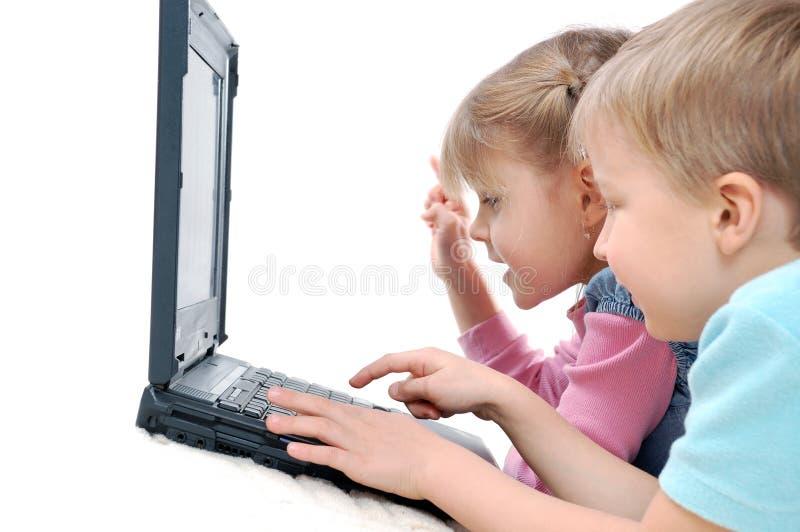Crianças que jogam jogos de computador imagens de stock