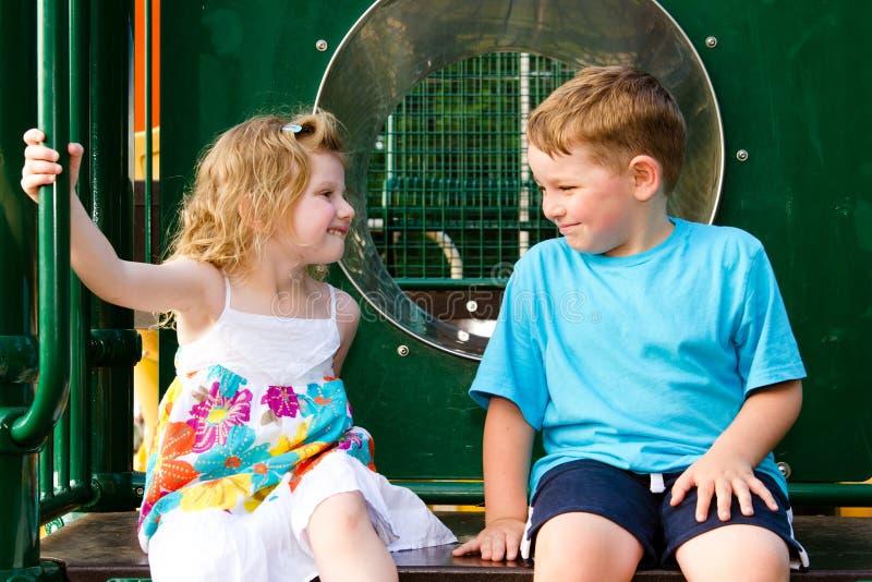 Crianças que jogam junto foto de stock