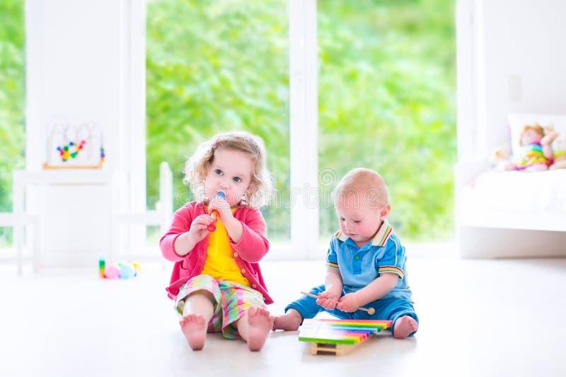 Crianças que jogam a música com xilofone imagens de stock royalty free