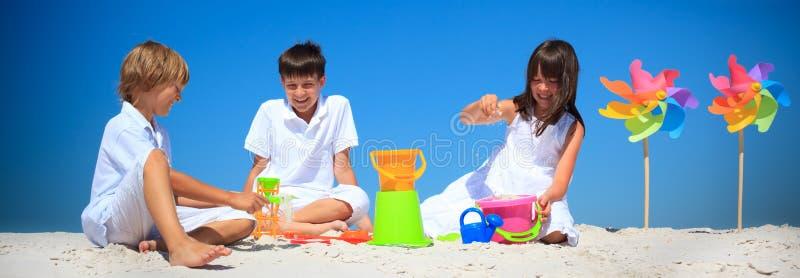 Crianças que jogam na areia da praia foto de stock royalty free