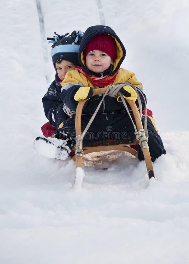 Crianças que jogam na neve imagens de stock