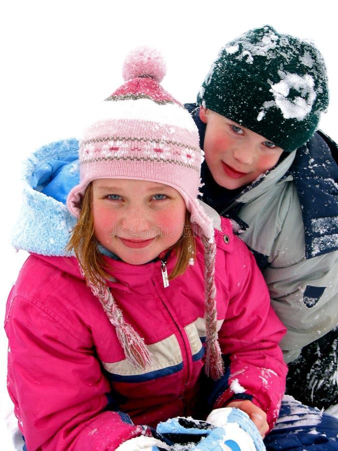 Crianças que jogam na neve imagens de stock royalty free