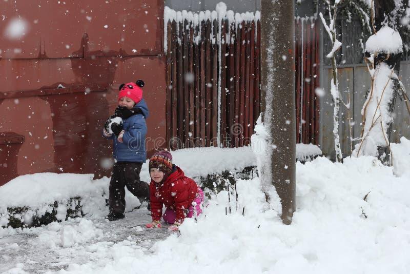Crianças que jogam na neve fotos de stock royalty free