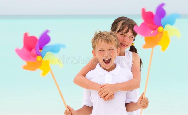 Crianças que jogam na praia foto de stock