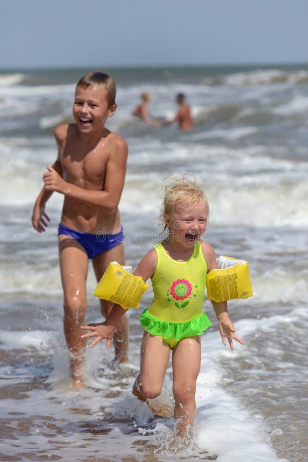 Crianças que jogam na praia imagens de stock royalty free