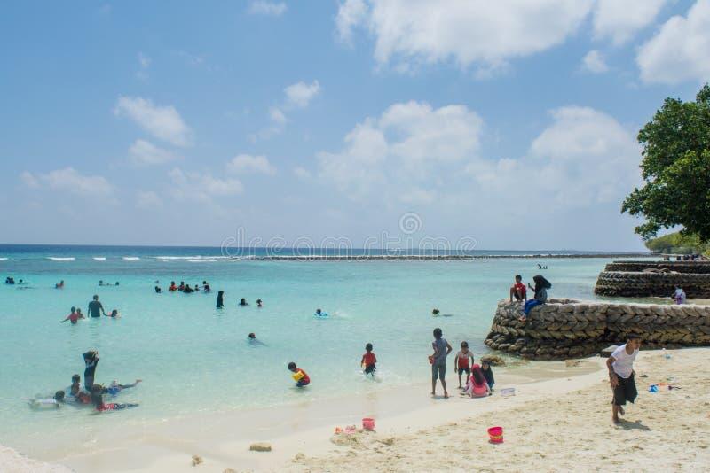 Crianças que jogam na praia do público de Villingili fotografia de stock royalty free