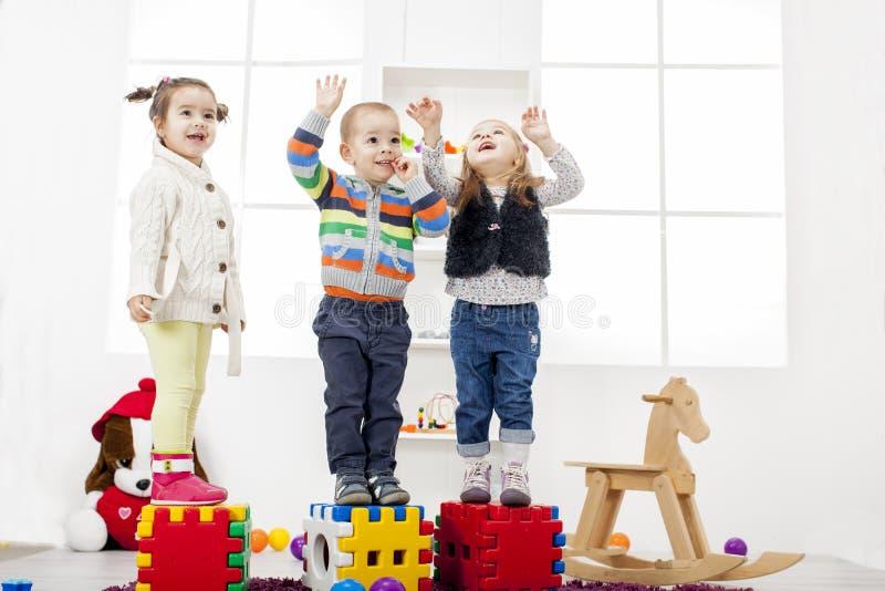Crianças que jogam na sala imagens de stock
