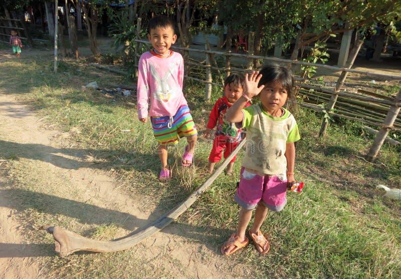 Crianças que jogam na vila em uma das ilhas de Mekong foto de stock