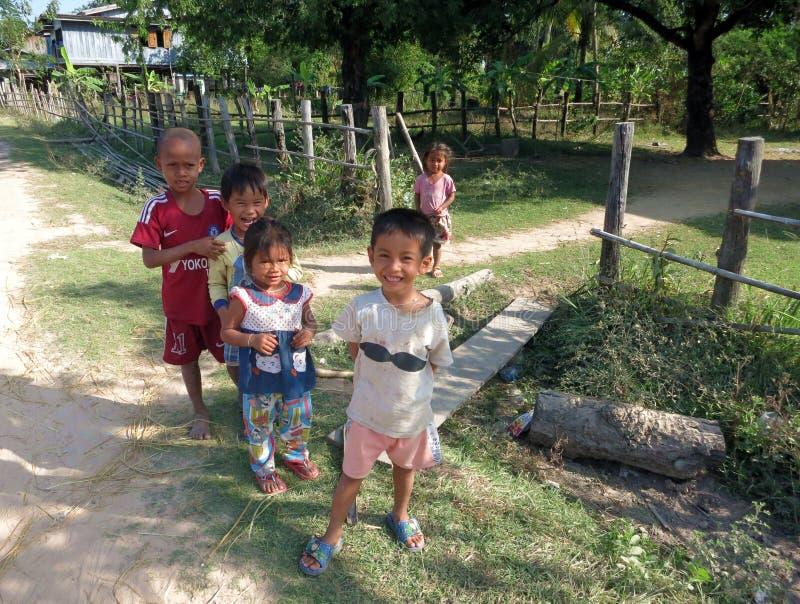 Crianças que jogam na vila em uma das ilhas de Mekong fotografia de stock royalty free