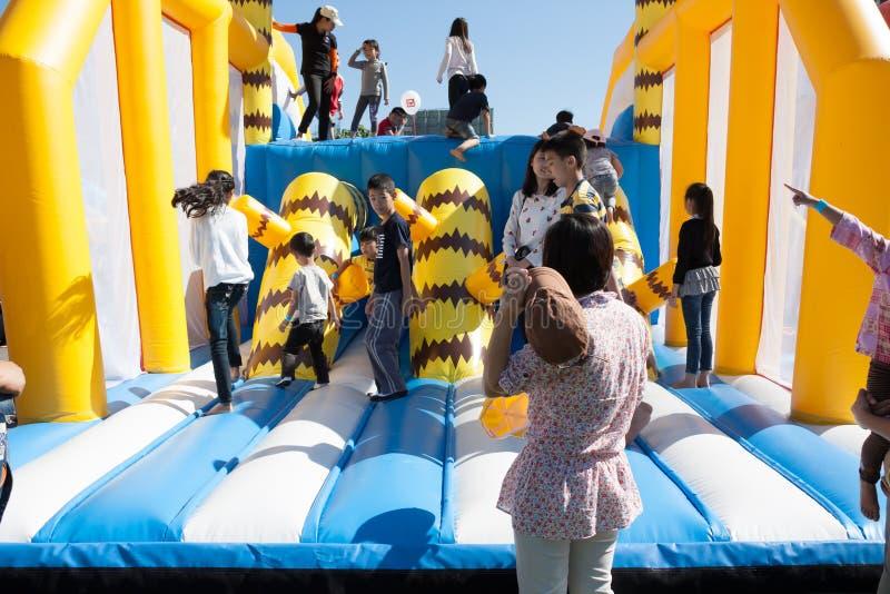 Crianças que jogam no campo de jogos inflável das crianças fotos de stock royalty free