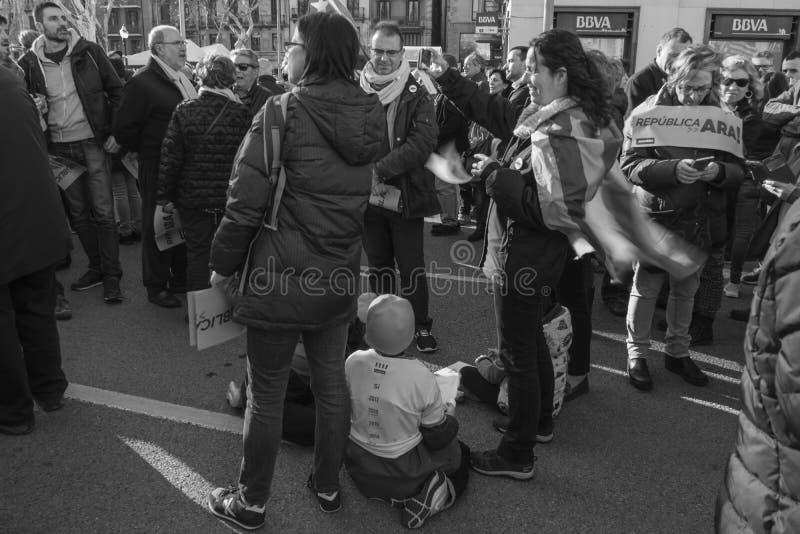Crianças que jogam no meio do tumulto na demonstração em Barcelona fotografia de stock royalty free