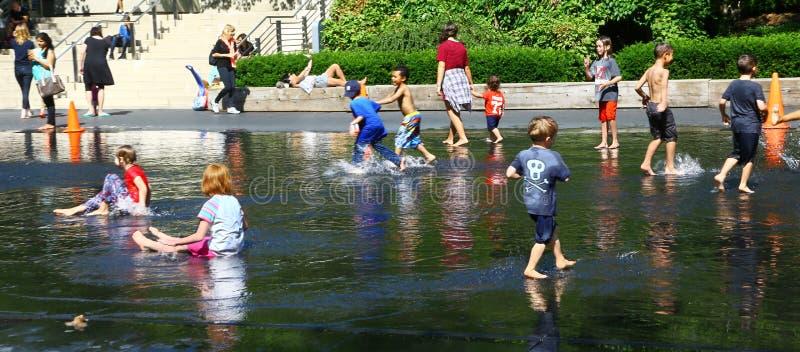 Crianças que jogam no parque do milênio de Chicago imagem de stock