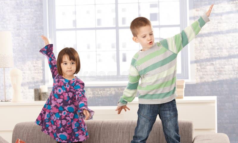 Crianças que jogam no sofá imagens de stock