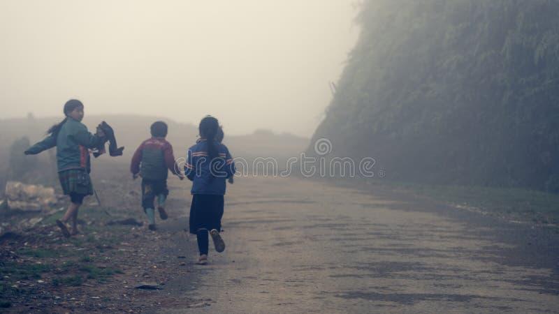 Crianças que jogam no vale dos termas foto de stock royalty free