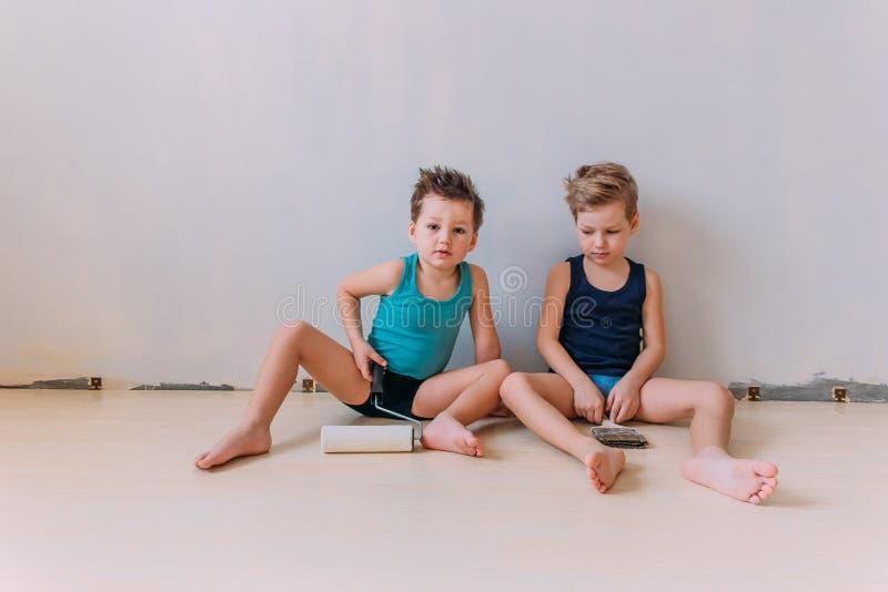 Crianças que jogam nos pintores fotos de stock