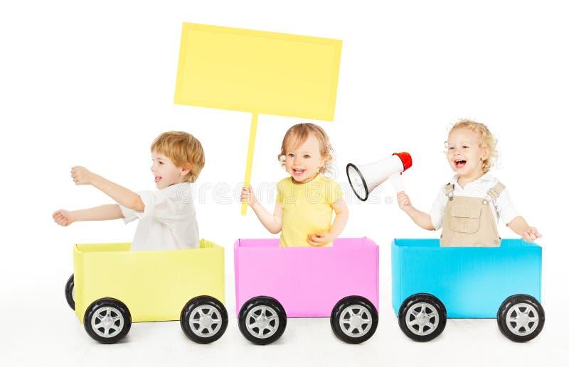 Crianças que jogam o brinquedo da propaganda do trem Crianças com placa e o megafone vazios dos anúncios no branco imagem de stock