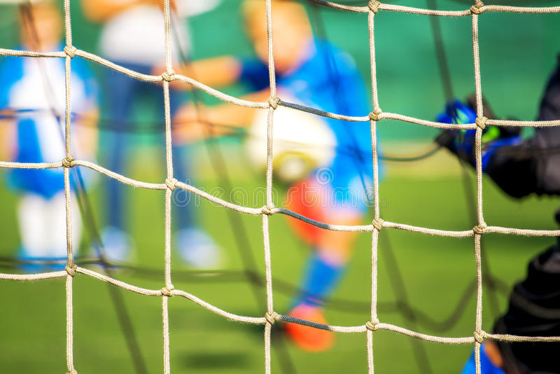 Crianças que jogam o futebol, pontapé de grande penalidade imagens de stock royalty free