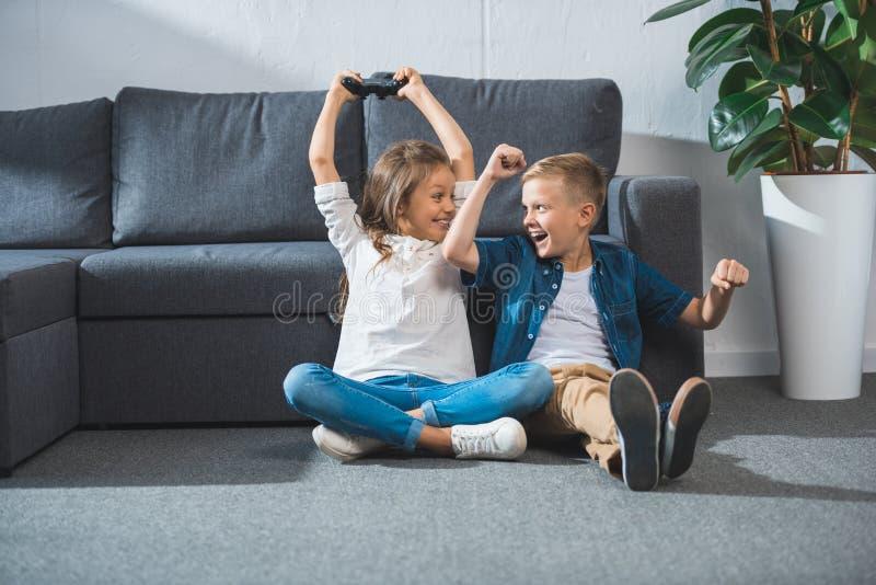 Crianças que jogam o jogo de vídeo fotos de stock royalty free