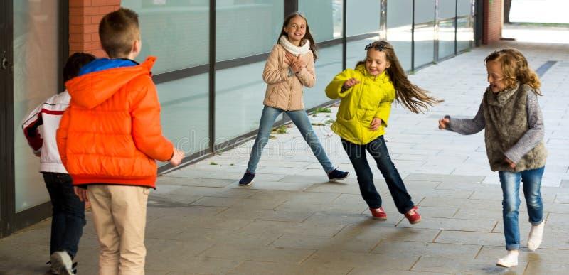 Crianças que jogam o jogo do traquinagem Toque-último imagem de stock royalty free