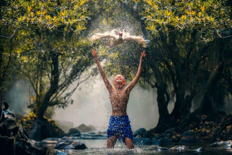 Crianças que jogam o pato da captura no rio imagens de stock royalty free