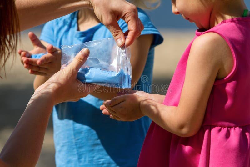 Crianças que jogam a pintura do pó de Holi imagem de stock