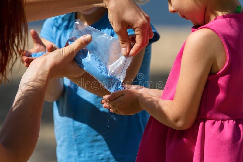 Crianças que jogam a pintura do pó de Holi imagens de stock