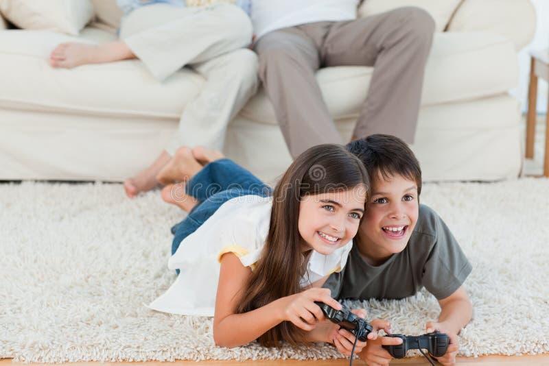 Crianças que jogam videogames imagem de stock royalty free