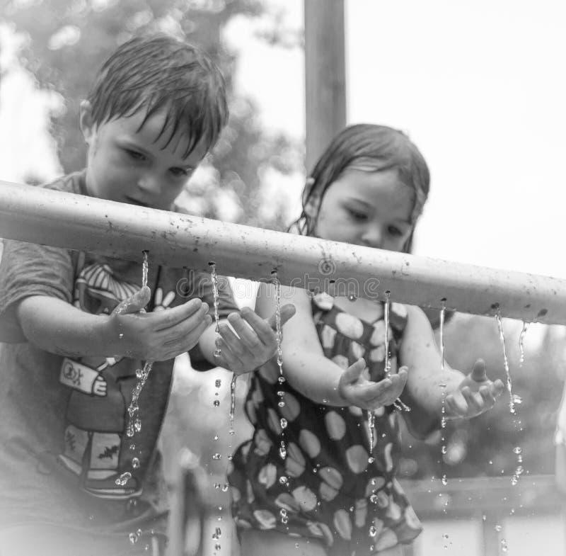 Crianças que lavam o sumário das mãos. fotografia de stock