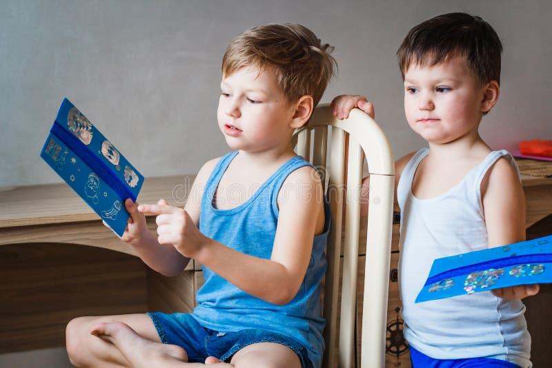 Crianças que levam letras a Santa Claus foto de stock