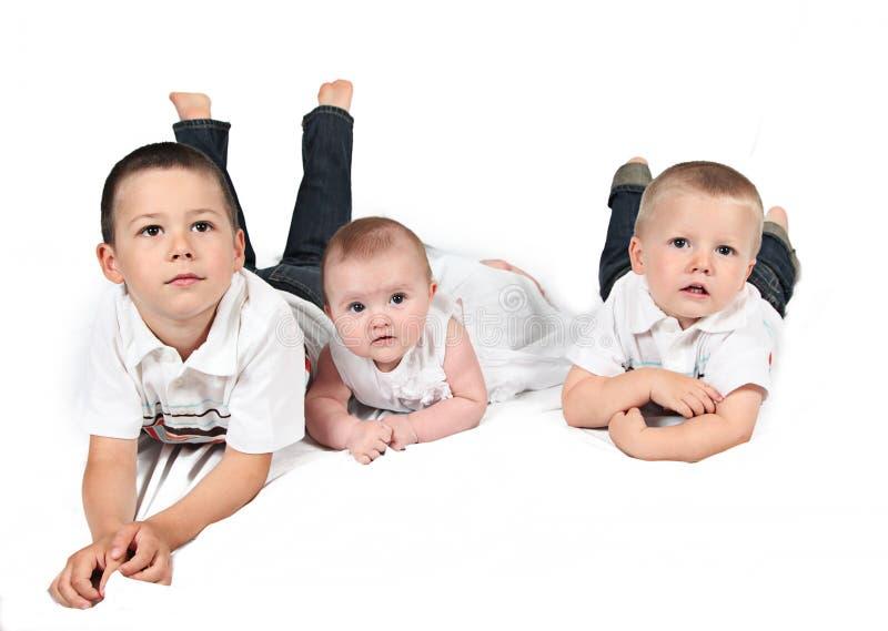 Crianças que levantam para a foto de família fotografia de stock