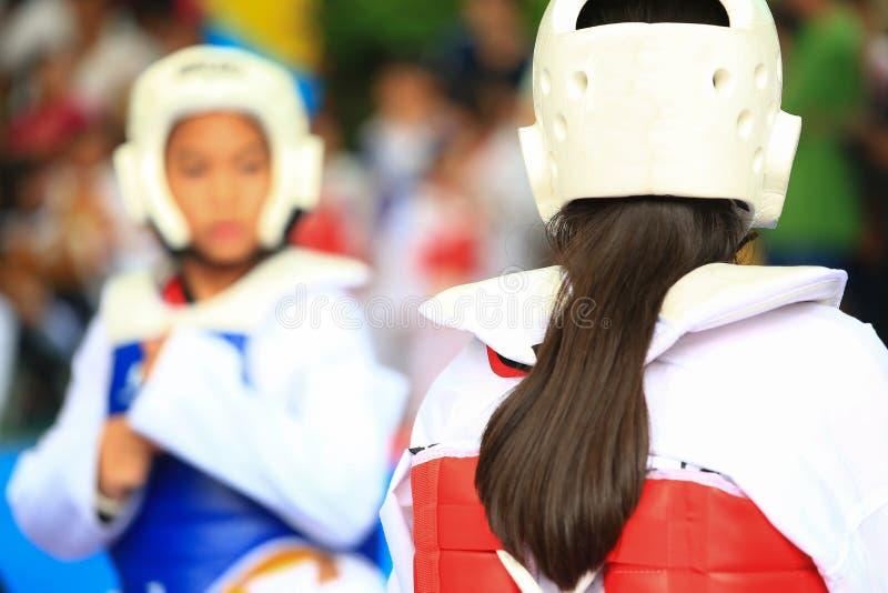 Crianças que lutam na fase durante a competição de Taekwondo imagem de stock royalty free
