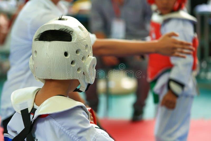 Crianças que lutam na fase durante a competição de Taekwondo imagens de stock royalty free