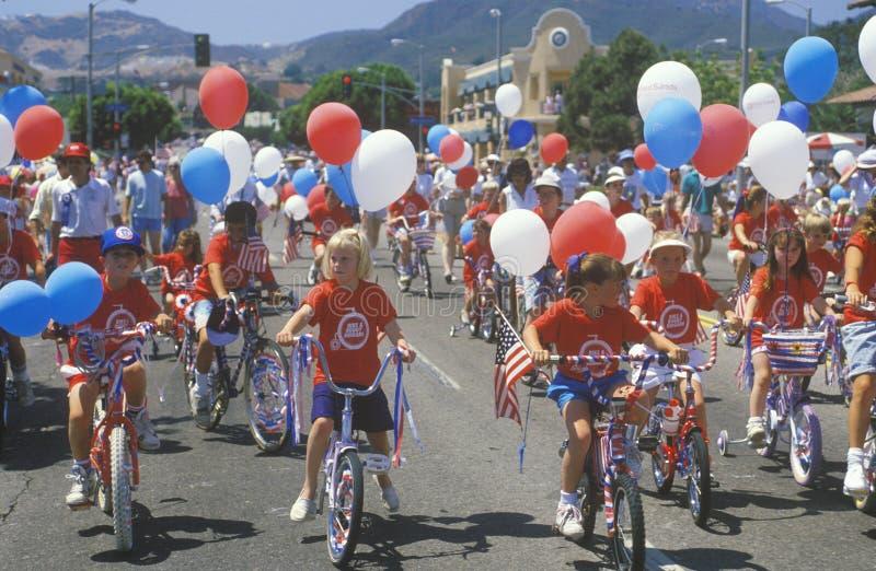 Crianças que montam bicicletas na parada do 4 de julho, Pacific Palisades, Califórnia imagens de stock royalty free