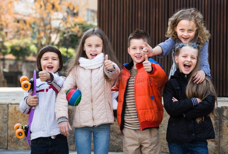 Crianças que mostram os polegares acima fotos de stock