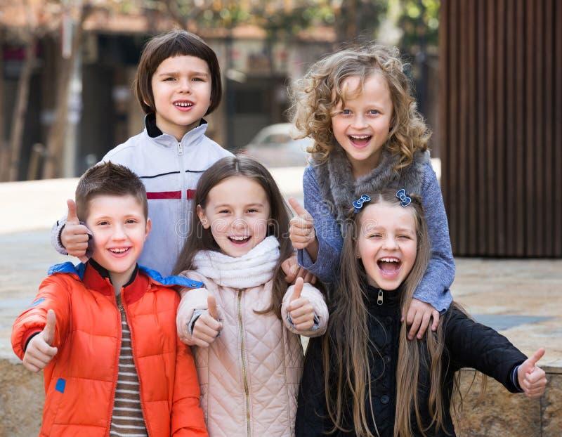 Crianças que mostram os polegares acima imagem de stock