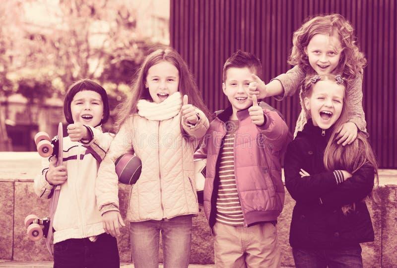 Crianças que mostram os polegares acima imagens de stock royalty free
