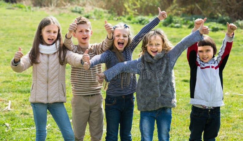 Crianças que mostram os polegares acima fora imagem de stock royalty free