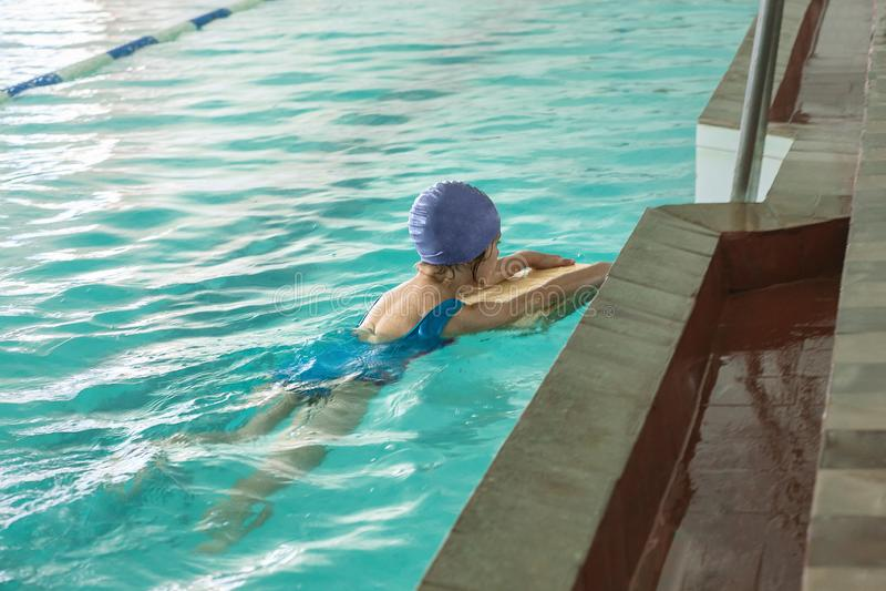 Crianças que nadam o estilo livre na lição nadadora foto de stock royalty free