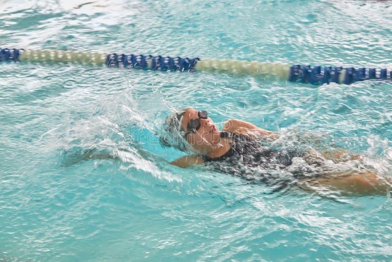 Crianças que nadam o estilo livre na lição nadadora fotografia de stock royalty free