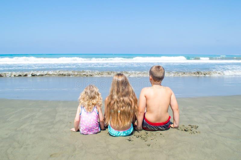 Crianças que olham o mar fotografia de stock