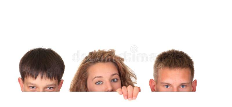 Crianças que olham sobre o sinal imagens de stock