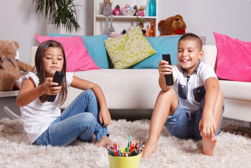 Crianças que olham a tevê imagem de stock royalty free