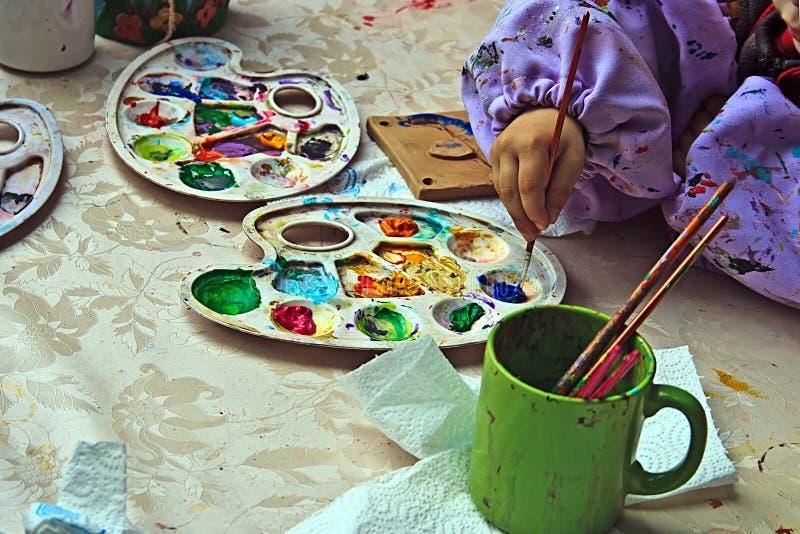 Crianças que pintam a cerâmica 10 imagem de stock royalty free