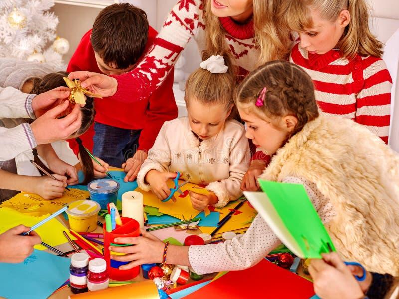Crianças que pintam e papel cortado dos sissors na arte imagem de stock