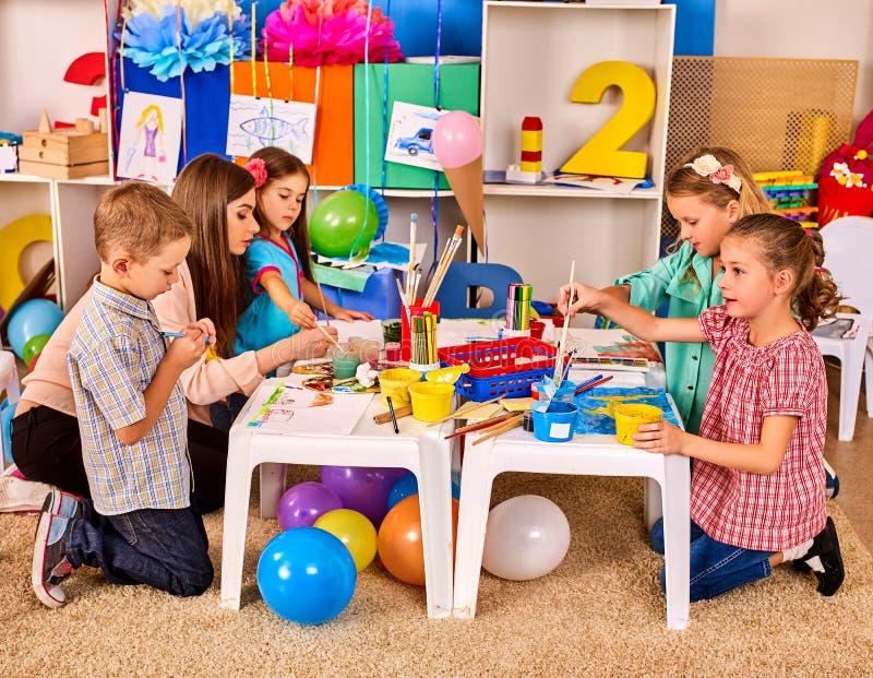 Crianças que pintam e que tiram junto Lição do ofício na escola primária foto de stock royalty free