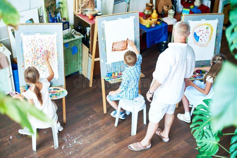Crianças que pintam em Art Studio foto de stock
