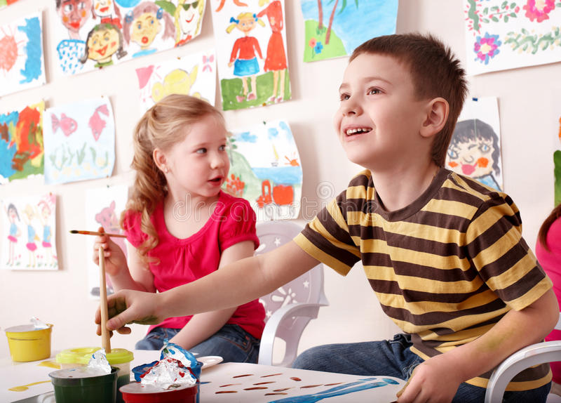 Crianças que pintam na classe de arte. fotos de stock