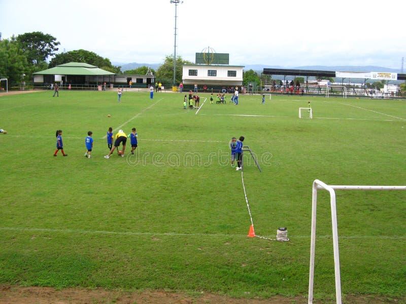 Crianças que praticam o futebol em uma corte na cidade de Puerto Ordaz, Venezuela fotos de stock royalty free