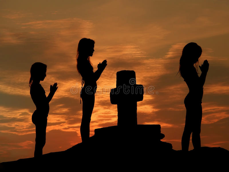 Crianças que praying no por do sol fotos de stock