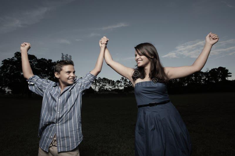 Crianças que prendem as mãos no parque fotografia de stock